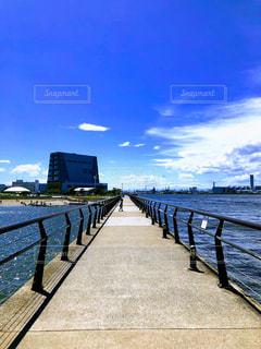 海岸に架かる長い橋の写真・画像素材[3267998]