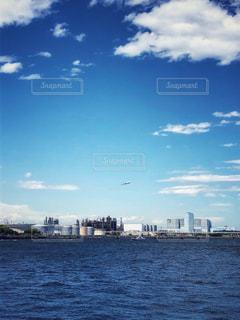 飛行機と青い空と海と建物の写真・画像素材[3285494]