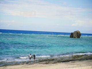 南国のビーチとカップルの写真・画像素材[3289171]