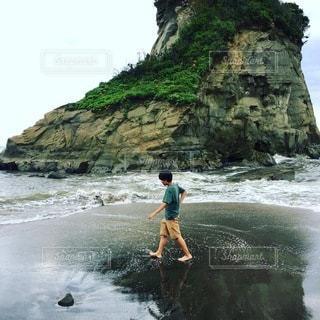 少年と砂浜の写真・画像素材[3545721]
