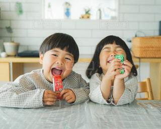 彼女の歯を磨く小さな女の子の写真・画像素材[4287458]