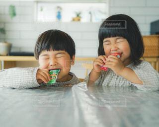 彼女の歯を磨く小さな女の子の写真・画像素材[4287460]
