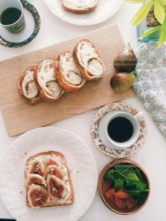 テーブルの上に食べ物のプレートの写真・画像素材[773024]