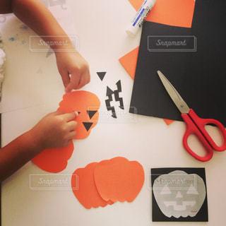 一枚の紙を切る人の写真・画像素材[804251]