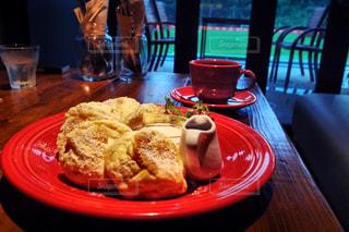 食品やコーヒー テーブルの上のカップのプレートの写真・画像素材[804607]