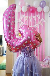 ピンクのドレスの女の子の写真・画像素材[842699]