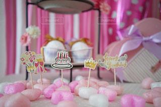 テーブルの上のピンクの花のグループの写真・画像素材[842717]