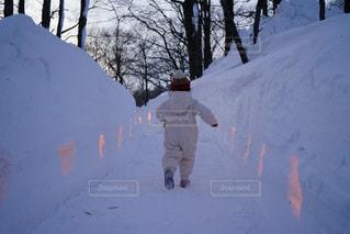雪をスノーボードに乗る男覆われた斜面の写真・画像素材[1220672]
