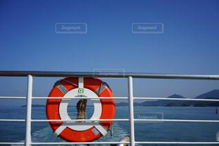 水の体の上に座っている面の写真・画像素材[1225480]