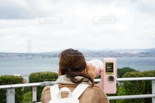 女性,海,後ろ姿,観光,人物,背中,人,後姿,旅行,旅,双眼鏡,望遠鏡
