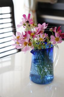 テーブルの上に花を飾るの写真・画像素材[2961317]