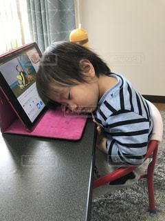 動画を見ている子供の写真・画像素材[3295915]