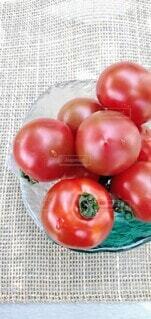 食べ物,トマト,野菜,食品,食材,真っ赤,夏野菜,フレッシュ,ベジタブル,フルーツトマト,リコピン,美肌効果,ガラスの皿,抗酸化作用,栄養豊富