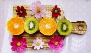オレンジとキウイフルーツと秋桜の写真・画像素材[3856198]