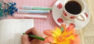 コーヒーを飲みながらスケジュール管理の写真・画像素材[4003746]