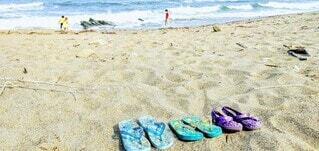 波打ち際で遊ぶ子どもたち。の写真・画像素材[4683931]