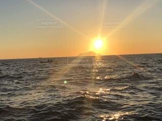 自然,風景,海,空,屋外,太陽,朝日,幻想的,船,水面,海岸,山,光,正月,幸せ,お正月,リフレクション,日の出,新年,幸福,奇跡,初日の出,幻想,幸運,穏やか,ホリディ,ダイアモンド
