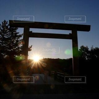 空,冬,朝日,鳥居,夜明け,光,パワースポット,正月,幸せ,お正月,初詣,日の出,伊勢神宮,新年,幸福,奇跡,初日の出,幻想,伊勢,お参り,幸運,輝き,しあわせ,sunrise,お詣り,初参り
