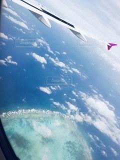 空を飛んでいる飛行機の写真・画像素材[3270623]