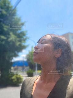 ミストを浴びる女性の写真・画像素材[3512697]