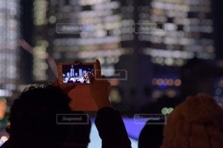 夜景を撮影する人の写真・画像素材[3286116]
