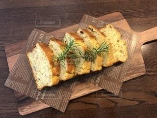 木製のまな板の上に座っているサンドイッチの写真・画像素材[3288733]