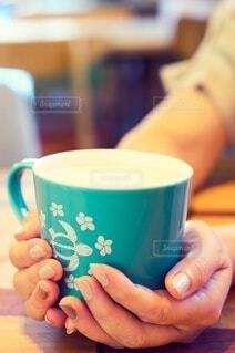 コーヒーを一杯持つ手の写真・画像素材[3674482]