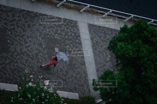 建物の前で空中に飛び込む男の写真・画像素材[3706576]