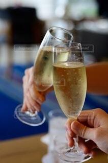 ワインを一杯持つ手の写真・画像素材[3706587]