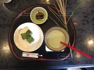 テーブルの上に食べ物を1杯入れるの写真・画像素材[3780639]