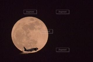 暗闇の中で月をクローズアップするの写真・画像素材[3921139]