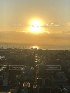 空,太陽,朝日,雲,水面,都会,高層ビル,正月,横浜,お正月,日の出,新年,初日の出