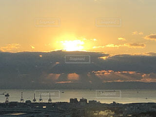 空,太陽,朝日,雲,船,水面,都会,高層ビル,正月,横浜,お正月,日の出,新年,初日の出
