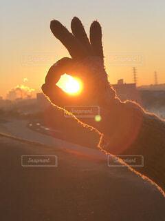 背景にオレンジ色の夕日の写真・画像素材[4047204]