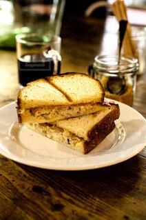皿の上に半分に切ったサンドイッチの写真・画像素材[4331196]