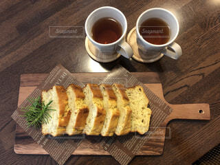 木製のテーブルの上に座っているコーヒーを一杯の写真・画像素材[4331218]
