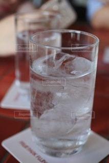 テーブルの上の水の写真・画像素材[3489234]