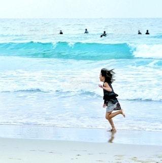 ビーチを走る少女の写真・画像素材[3544634]