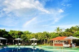 虹とプールの写真・画像素材[3552871]