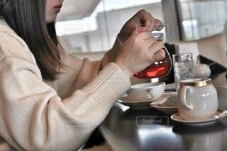 女性,カフェ,屋内,白,手,手持ち,人物,人,ティーカップ,セーター,暖かい,紅茶,ポートレート,コーヒーカップ,ホワイト,ライフスタイル,オフホワイト,手元,シュガーカップ