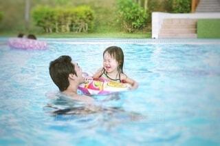 プールで笑顔の写真・画像素材[3675804]