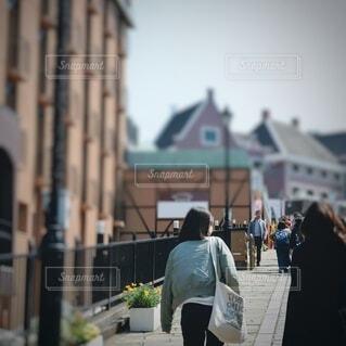 通りを歩いている人の写真・画像素材[3695932]