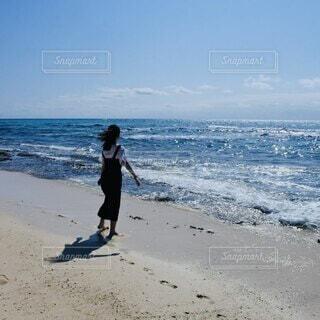 浜辺に立つ女性の写真・画像素材[4844469]