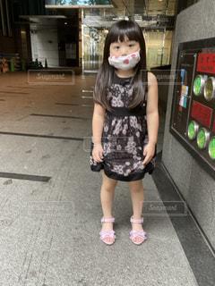 歩道に立っている少女の写真・画像素材[3526683]