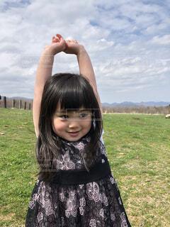 野原に立っている少女の写真・画像素材[3628130]