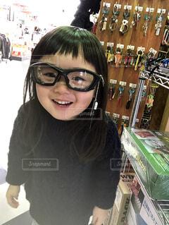 眼鏡をかけてカメラに向かって微笑む女性の写真・画像素材[3644103]