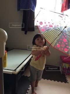 傘の練習あかりちゃんの写真・画像素材[3689154]