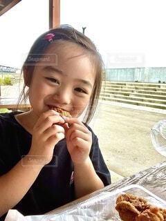 食べ物を食べるテーブルに座っている女性の写真・画像素材[3759603]