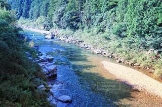 エメラルド色の綺麗な川の写真・画像素材[3638694]