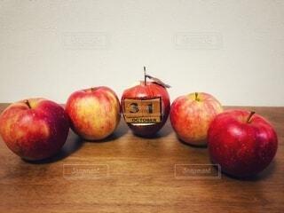 テーブルに置いてあるりんごに紛れた偽物‼︎の写真・画像素材[3825332]